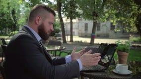 Lesende schlechte Nachrichten des verärgerten Geschäftsmannes auf Laptop outdoor steadicam Schuss stock video