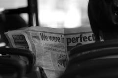Lesepapier auf dem Bus Stockfotografie
