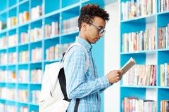 Leser in der Bibliothek lizenzfreies stockfoto