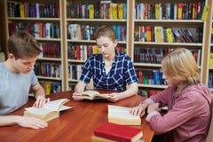 Leser in der Bibliothek lizenzfreies stockbild