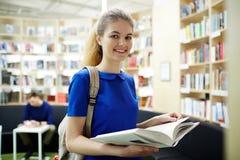 Leser in der Bibliothek lizenzfreie stockbilder