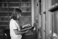 Leser, der ein Buch in der Bibliothek liest lizenzfreies stockfoto