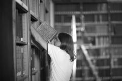 Leser, der zurück Buch in einsetzt stockbilder