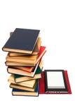 Leser und alte Bücher Lizenzfreies Stockfoto