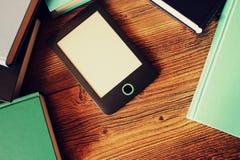 Leser und Bücher EBook auf hölzernem Hintergrund Beschneidungspfad eingeschlossen lizenzfreies stockfoto