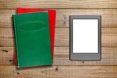 Leser und Bücher EBook auf Holz stockbild