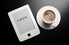 Leser und coffe Stockbilder