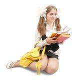 LeseSchulmädchen über Weiß Stockfotos