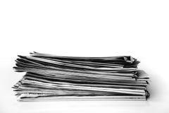 Lesezeitung auf Tabelle lizenzfreie stockfotografie