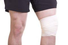 Lesión de rodilla con el vendaje de los deportes fotografía de archivo libre de regalías