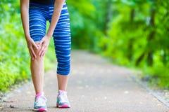 Lesión de rodilla y dolor femeninos del corredor Foto de archivo libre de regalías