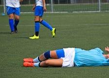 Lesión en el partido de fútbol de las mujeres Foto de archivo libre de regalías