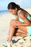 Lesión en la pierna del corredor - mujer corriente asiática con el daño de dolor de la rodilla imagen de archivo libre de regalías
