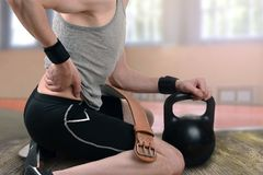 Lesione alla schiena durante l'esercizio, sollevamento pesi fotografie stock