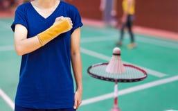 lesione dallo sport, giocatore di volano con il supporto di polso su blurre immagine stock