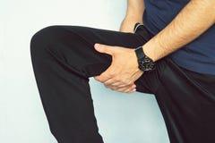 Lesione del muscolo Uomo con i muscoli della coscia di distorsione L'atleta negli sport mette innestare in cortocircuito i suoi m Fotografia Stock