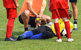 Lesione sul campo di calcio fotografie stock