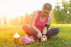 Lesiones - deportes que corren la lesión de rodilla en mujer Foto de archivo libre de regalías