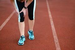 Lesioni - sport che eseguono ferita al ginocchio sulla donna immagine stock libera da diritti