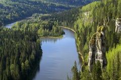 Lesista rzeczna dolina z skałami Zdjęcia Stock