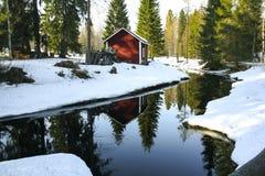Lesistej rzeki krajobrazowa i czerwona chałupa Obrazy Stock