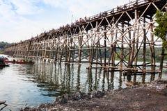 Lesisty most nad rzecznym Mon mostem Fotografia Royalty Free