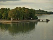 Lesisty wybrzeże w Turku archipelagu, Finlandia fotografia stock