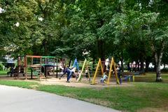 Leskovac, Serbie - juillet, 28 2018 : Ville Central Park avec le terrain de jeu du ` s d'enfants photographie stock
