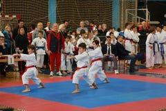Leskovac Serbien Srbija November 25 INTERNATIONELL KARATEIPPON ÖPPNAR 2018: Konkurrenser för karatepojkesportar i sportkorridor arkivbild