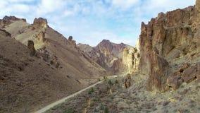 Leslie Gulch Oregon klippor och väg som igenom passerar arkivfilmer