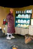 Lesothisk kvinnainsida av det traditionella huset på Sani passerar Royaltyfri Foto