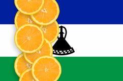 Lesothisk vertikal rad för flagga- och citrusfruktskivor royaltyfri foto