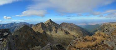 Lespezi, pico de Caltun, Fagaras mt. Romênia Foto de Stock