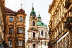 Lesser Town av Prague med St Nicholas Cathedral Arkivbilder