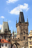 Lesser Town Bridge Tower och Judiths torn av Charles Bridge, Prague Arkivfoto