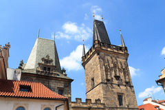 Lesser Town Bridge Tower och Judiths torn av Charles Bridge, Prague Royaltyfri Foto