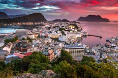 Lesund lindo de Ã…, a cidade a mais bonita na costa ocidental de Noruega foto de stock royalty free