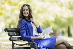 Lesung der jungen Frau im Park Stockbilder
