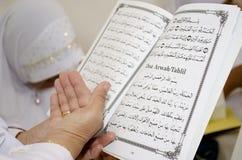 Lesung des arabischen Schreibens Stockbild