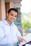 Lesung des gutaussehenden Mannes auf Balkon lizenzfreies stockfoto