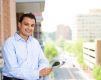 Lesung des gutaussehenden Mannes auf Balkon stockbilder