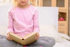 Lesung des recht kleinen Mädchens stockfotografie
