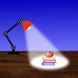 Lesung-Lampe, drei Bücher und Apfel auf einer Tabelle Lizenzfreies Stockbild