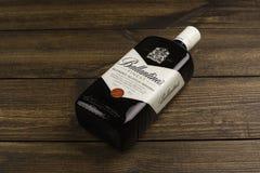 LESUNG MOLDAU - 8. APRIL 2016: Ballantines ist der höchste verkaufende schottische Whisky der Welt an zweiter Stelle Stockbild