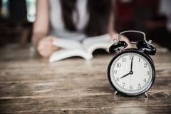 Lesung setzt Zeit Bildung fest oder las ein Buch im Feiertagskonzept Stockfotografie