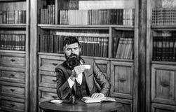 Lesung und Kaffeepausekonzept Leser genießt Buch und hat Kaffeepause stockfotografie