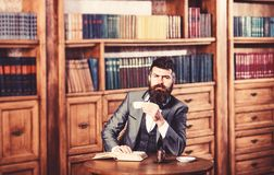 Lesung und Kaffeepausekonzept Leser genießt Buch und hat Kaffeepause lizenzfreies stockfoto