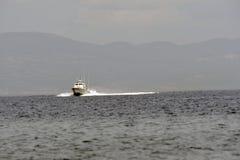 LESVOS,希腊2015年10月12日:搜寻下沉的充气救生艇的希腊海岸警备队 库存照片