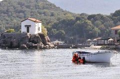 LESVOS,希腊2015年10月24日:救生衣,橡胶dinghys片断在海滩放弃在Molyvos附近的橡胶环 库存图片