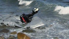 LESVOS,希腊- 2015年11月2日:被放弃的小船的遗骸有马达的在岸 影视素材